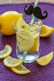 L'eau de citron sur la table Photo libre de droits