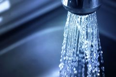L'eau de concept s'enregistrant à la maison, réduisant l'utilisation Problème d'approvisionnement en eau photos libres de droits