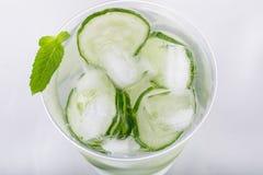 L'eau de concombre avec de la glace Image libre de droits