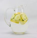 L'eau de concombre dans un broc photos stock