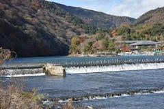 L'eau de déversoir pour l'écoulement de rivière entre les moutains Photos stock