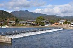 L'eau de déversoir pour l'écoulement de rivière entre les moutains Photo stock