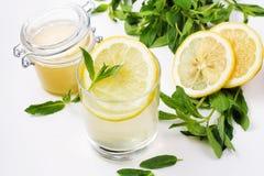 L'eau de Detox avec du miel, le citron et la menthe Images libres de droits