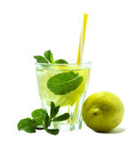 L'eau de Detox avec le citron et les feuilles en bon état fraîches d'isolement sur le fond blanc Style de vie sain Images libres de droits