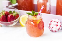 L'eau de Detox avec les fraises, le citron et la menthe photographie stock libre de droits