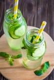 L'eau de Detox infusée avec des fruits Fruit de l'eau d'été sur le Ba rustique Photographie stock libre de droits
