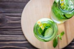 L'eau de Detox infusée avec des fruits Fruit de l'eau d'été sur le Ba rustique Image stock