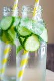 L'eau de Detox infusée avec des fruits Fruit de l'eau d'été sur le Ba rustique Image libre de droits