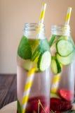 L'eau de Detox infusée avec des fruits Fruit de l'eau d'été sur le Ba rustique Images libres de droits