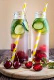 L'eau de Detox infusée avec des fruits Fruit de l'eau d'été sur le Ba rustique Images stock