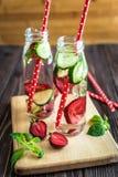 L'eau de Detox infusée avec des fruits Fruit de l'eau d'été sur le fond rustique Photo libre de droits