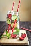 L'eau de Detox infusée avec des fruits Fruit de l'eau d'été sur le fond rustique Images stock