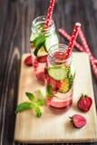 L'eau de Detox infusée avec des fruits Fruit de l'eau d'été sur le fond rustique Image libre de droits