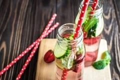 L'eau de Detox infusée avec des fruits Fruit de l'eau d'été sur le fond rustique Photographie stock