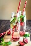 L'eau de Detox infusée avec des fruits Fruit de l'eau d'été sur le fond rustique Image stock