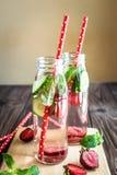 L'eau de Detox infusée avec des fruits Fruit de l'eau d'été sur le fond rustique Photo stock