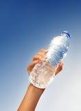l'eau de fixation de main de bouteille images stock