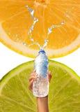 l'eau de fixation de main de bouteille Photos libres de droits