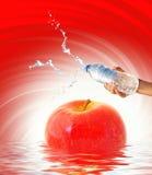 l'eau de fixation de main de bouteille Image stock