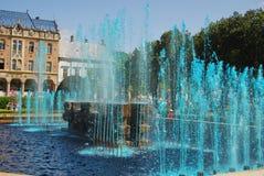 L'eau de FONTAINE colorée avec le bleu, ROUMANIE Images libres de droits