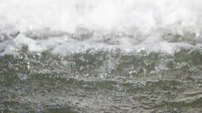 L'eau de fontaine tombant vers le bas avec le premier plan au foyer clips vidéos