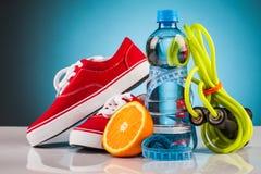 L'eau de forme physique et nourriture saine Images stock