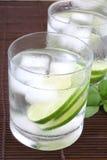 L'eau de glace avec la limette Image libre de droits