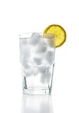 L'eau de glace avec le citron, d'isolement Photos libres de droits