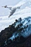 L'eau de jet d'aéronefs de sapeur-pompier Photos stock