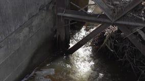 L'eau de la rivière filtre les déchets banque de vidéos