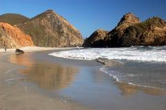 L'eau de marée reflétant les falaises à la plage d'état de Pfeiffer, Big Sur, la Californie photographie stock