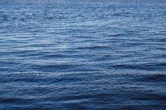 L'eau de mer bleue avec de petites vagues et la mer apprêtent Photo libre de droits