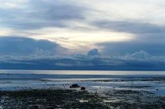 L'eau de mer recule pendant l'après-midi Photographie stock