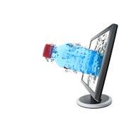 l'eau de moniteur d'affichage à cristaux liquides de bouteille photographie stock libre de droits