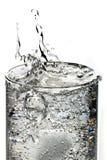 L'eau de pétillement avec de la glace Images libres de droits