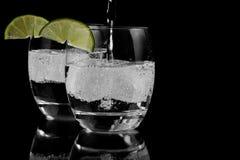 L'eau de pétillement sur la glace Images stock