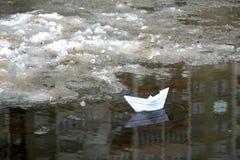 L'eau de papier de bateau au printemps Photographie stock