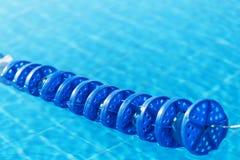 L'eau de piscine avec le marqueur de ruelle bleu photos stock