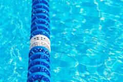 L'eau de piscine avec le marqueur de ruelle bleu photo stock