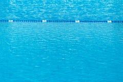 L'eau de piscine avec le marqueur de ruelle bleu image libre de droits
