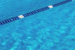L'eau de piscine avec le marqueur de ruelle bleu photos libres de droits