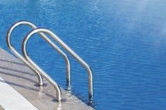 L'eau de piscine avec le marqueur de ruelle bleu photographie stock