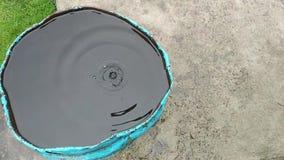 L'eau de pluie coulant dans la vue supérieure de vieux baril rouillé banque de vidéos