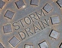 L'eau de pluie, détails de construction en métal de rue, Images stock