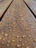 L'eau de pluie sur une table Photos libres de droits