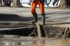 L'eau de pompage hors du puits en éliminant un accident : rupture des tuyaux avec de l'eau froide Photo libre de droits