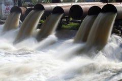 L'eau de pompe entre l'inondation de l'eau Photo stock