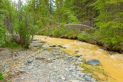 L'eau de précipitation boueuse par l'exploitation de placer dans le Canada du nord Images libres de droits
