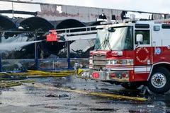 L'eau de pulvérisation de pompe à incendie Photos stock