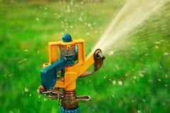 L'eau de pulvérisation de tête arroseuse de jardin Images stock